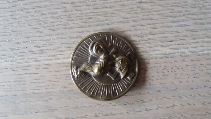 Wat Is De Oorsprong Van Deze Pin Met Een Hakenkruis En Een Haan